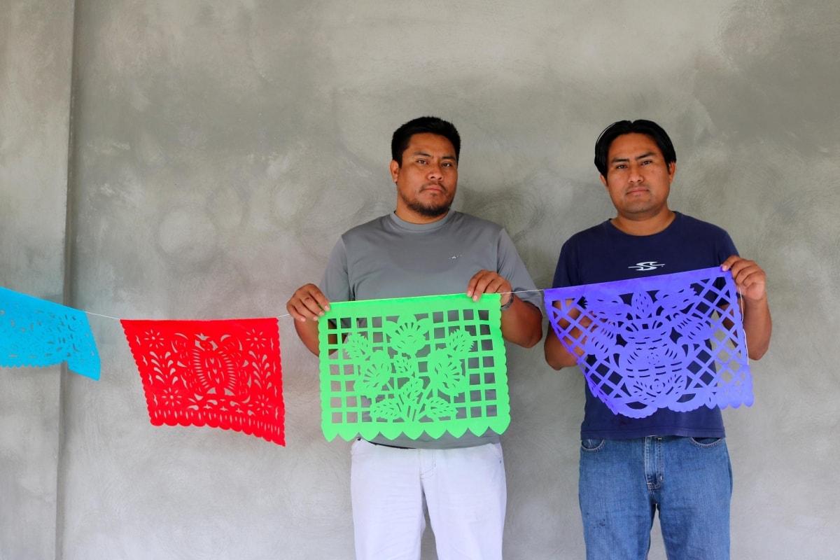 Mexique : les frères Juan Carlos et Roberto fabriquent dans la tradition les guirlandes de papel picado