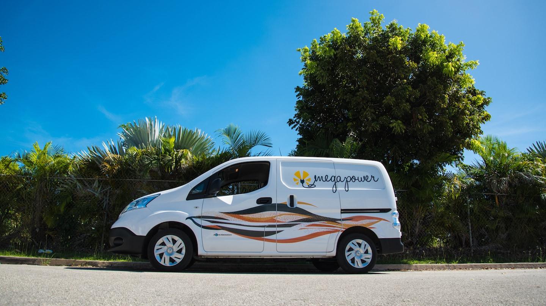 Des voitures électriques circulent à la Barbade